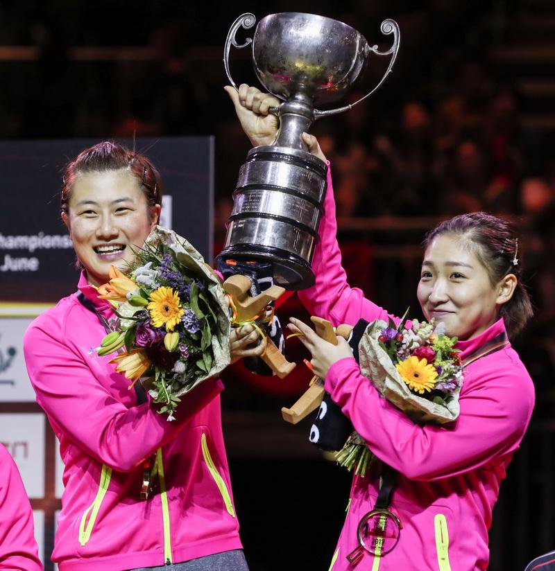 丁宁(左)/刘诗雯在颁奖仪式上