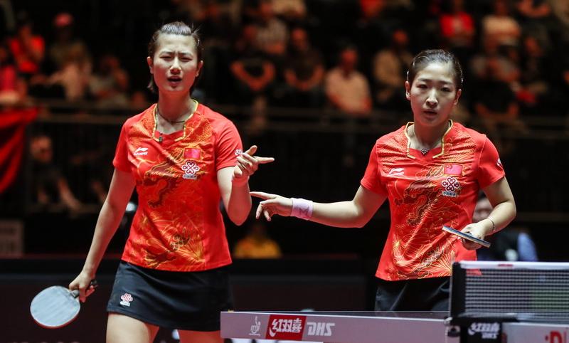 6月5日,丁宁/刘诗雯(右)在比赛中