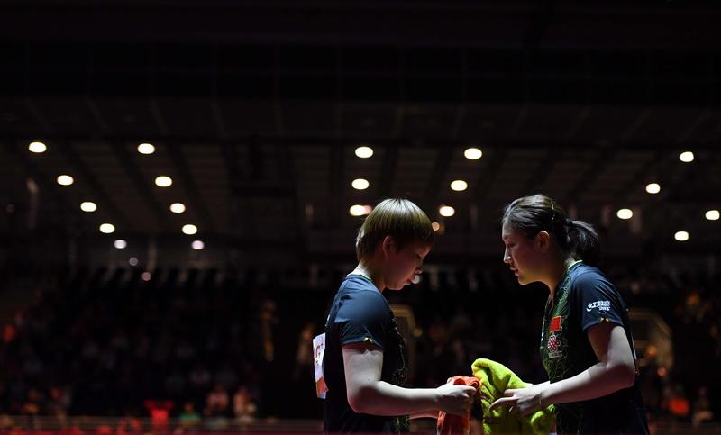 6月5日,陈梦(右)/朱雨玲在比赛间隙商量战术