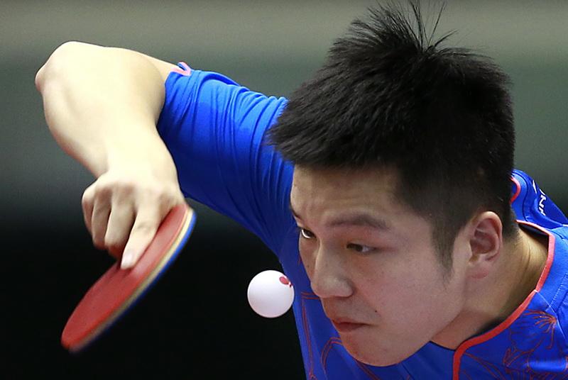 樊振东在比赛中发球