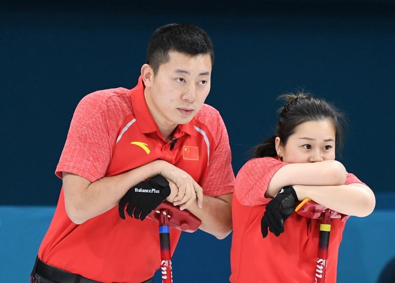 中国队选手巴德鑫(左)与王芮在比赛中