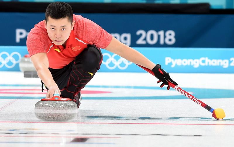 中国队选手巴德鑫投掷冰壶