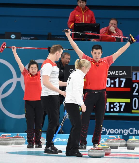 中国选手巴德鑫(右一)、王芮(左一)比赛中