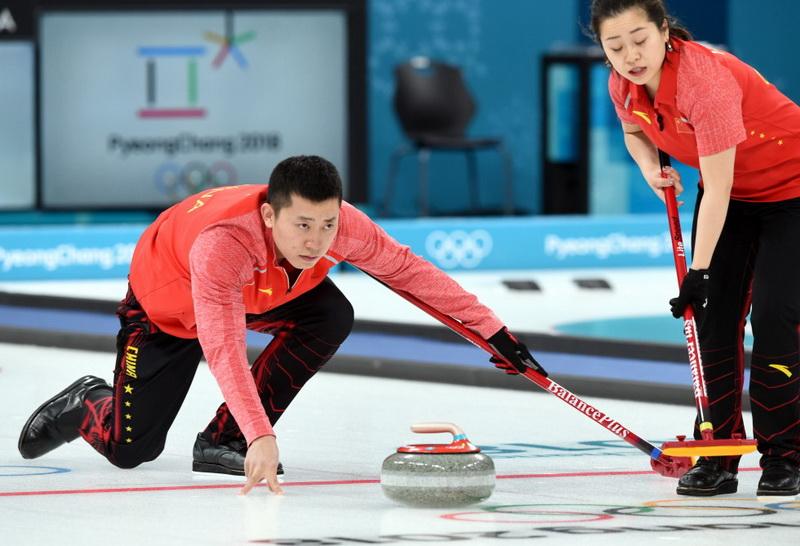 中国选手巴德鑫(左)、王芮比赛中