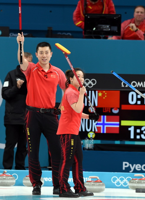 中国选手巴德鑫(左)、王芮赛后向观众致意