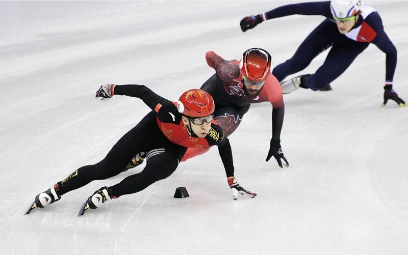中国选手武大靖(左一)在比赛中