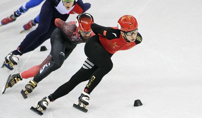 中国选手武大靖(右一)在比赛中