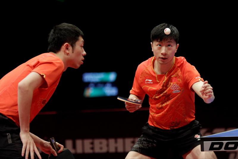 中国选手马龙(右)/许昕在比赛中