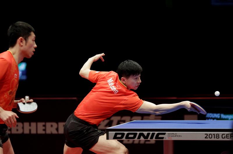 中国选手马龙(右)/许昕在比赛中回球