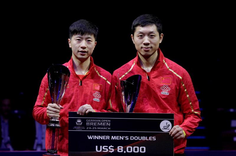 中国选手马龙(左)和许昕在颁奖仪式上合影