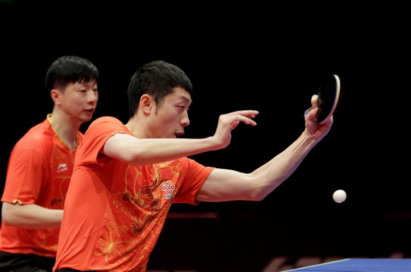 中国选手马龙/许昕(右)在比赛中回球