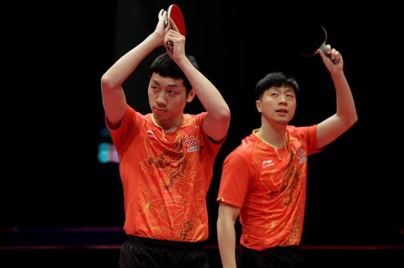 中国选手马龙/许昕(左)在比赛后向观众致意