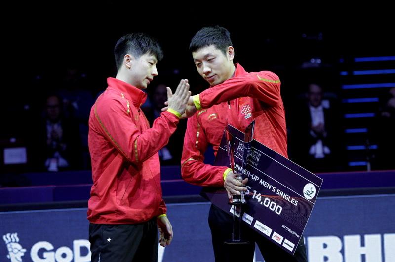中国选手马龙(左)和许昕在颁奖仪式上