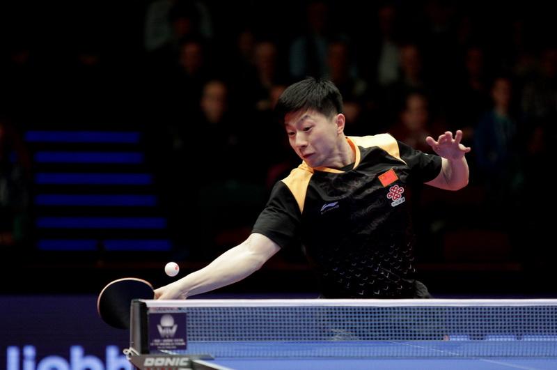 中国选手马龙在比赛中回球