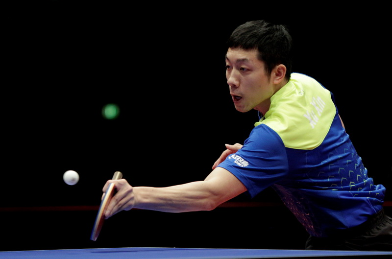中国选手许昕在比赛中回球