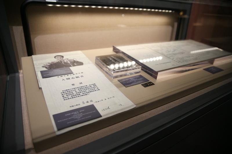"""""""乒博馆""""展出的新中国第一个世界乒乓球冠军容国团的入团志愿书"""