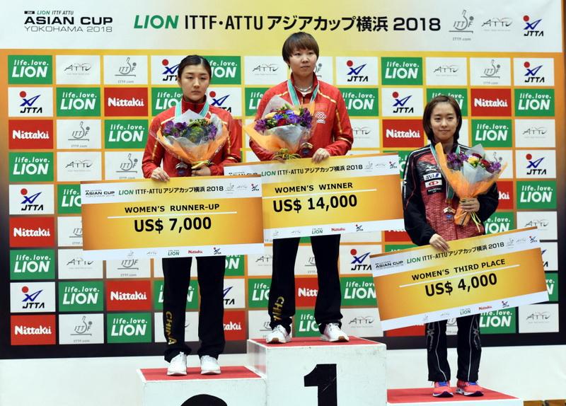 亚军陈梦(左)、冠军朱雨玲(中)与获得季军的日本选手石川佳纯在颁奖仪式上合影