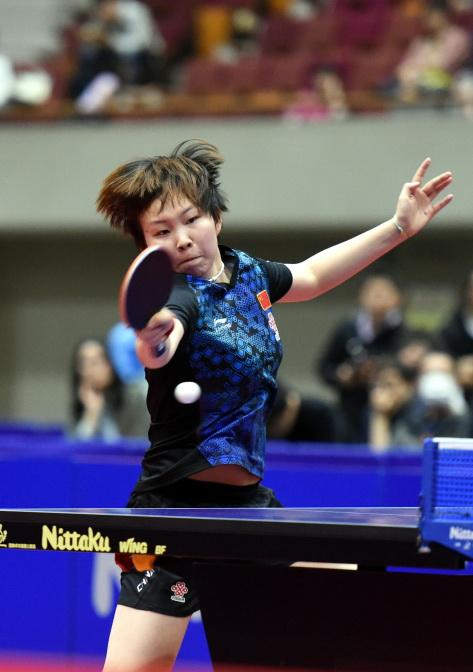 中国选手朱雨玲在比赛中回球