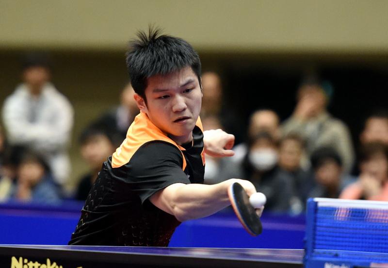 中国选手樊振东在比赛中回球