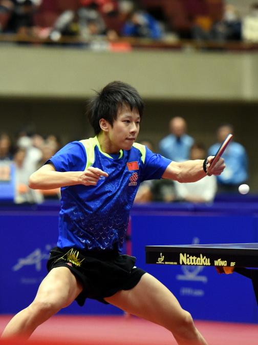 中国选手林高远在比赛中回球