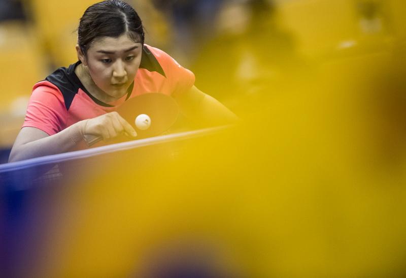 在湖北黄石举行的中国乒乓球队备战世乒赛热身赛中,陈梦以3比0战胜队友胡丽梅