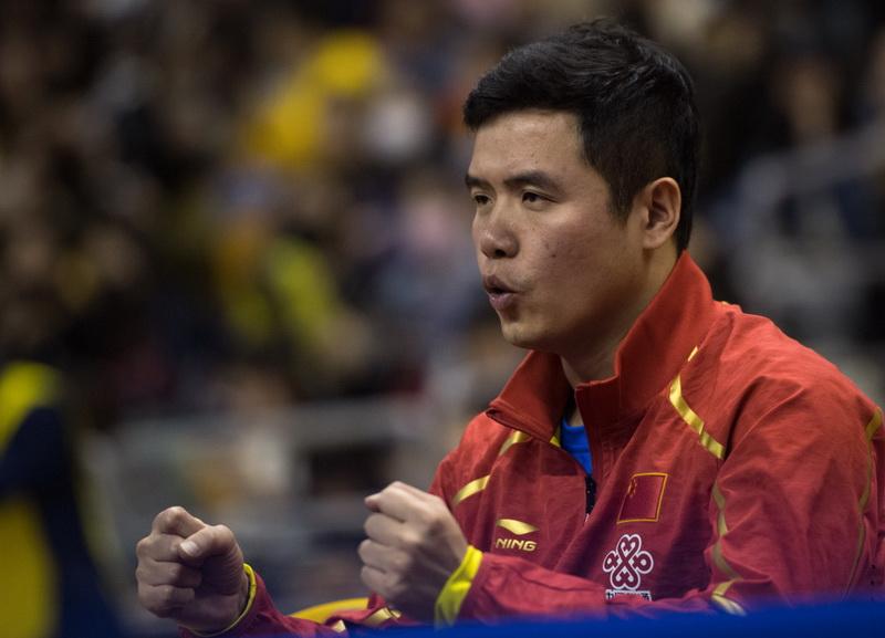 中国男队教练刘国在场边观战