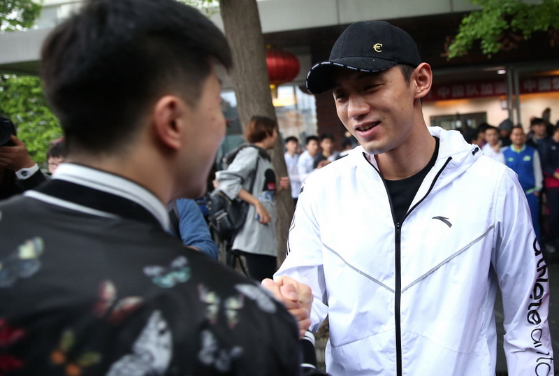 张继科(右)在出征活动现场与马龙握手致意