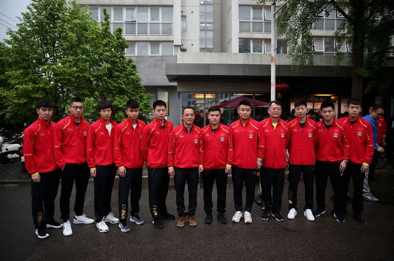 中国乒乓球男队成员在出发前合影