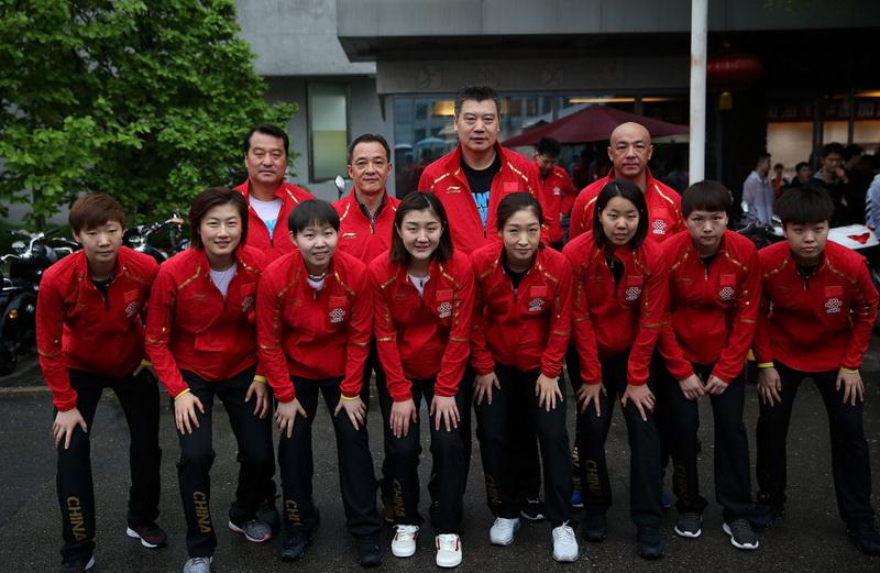 中国乒乓球女队成员在出发前合影