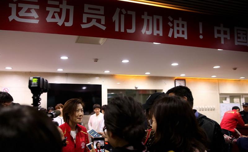 中国乒乓球女队选手丁宁在出发前接受记者采访