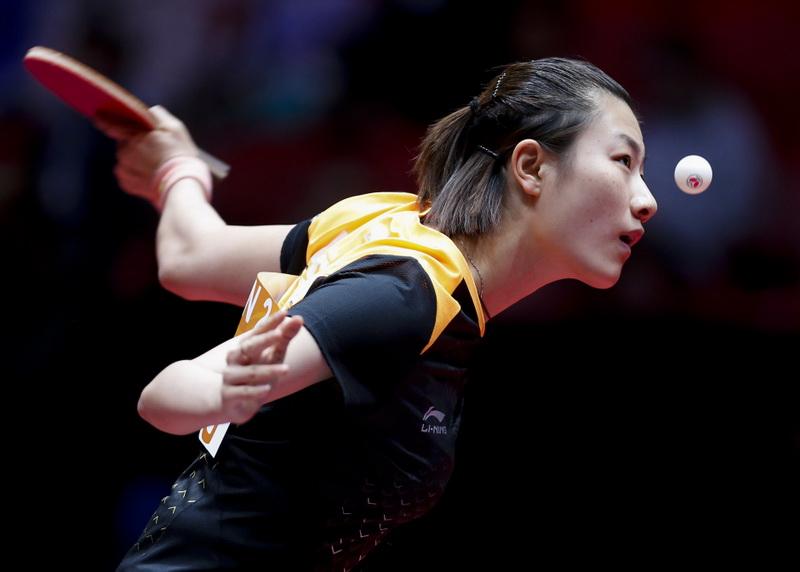 丁宁在比赛中发球。她在比赛中以3比0战胜瑞典选手博甘德。
