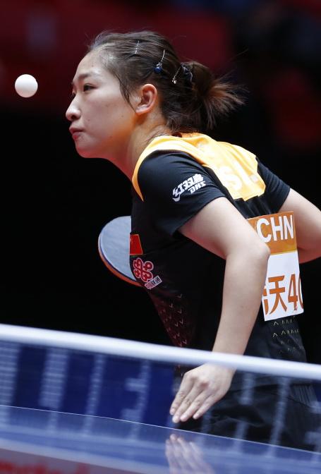 刘诗雯在比赛中发球
