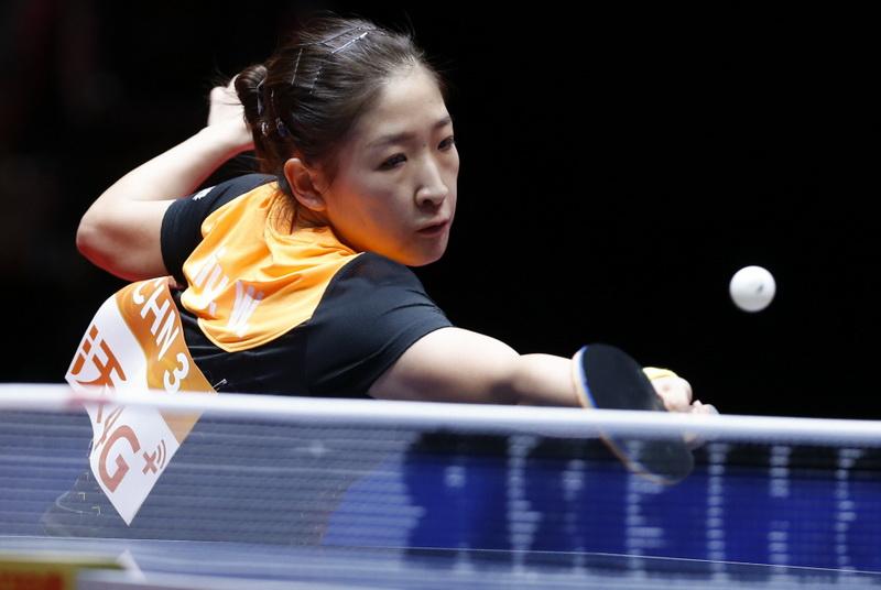 刘诗雯在比赛中回球