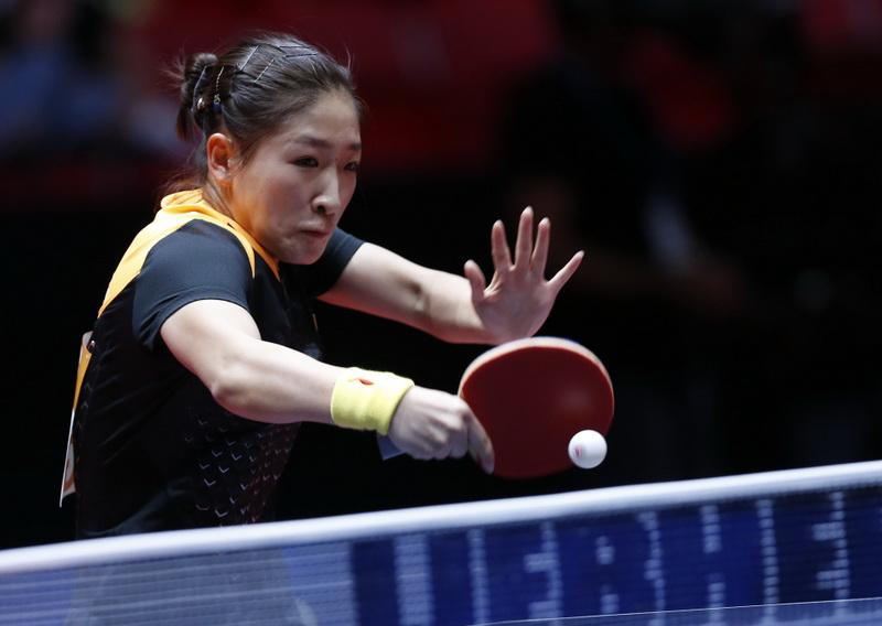 刘诗雯在比赛中回球。她在比赛中以3比0战胜瑞典队选手约恩松。