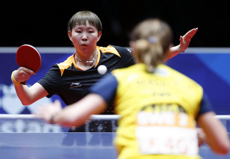 朱雨玲(左)在比赛中回球