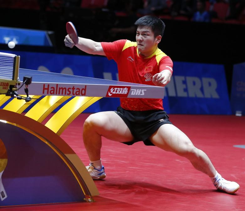 樊振东在比赛中回球。他以3比0战胜朝鲜队选手朴申赫。