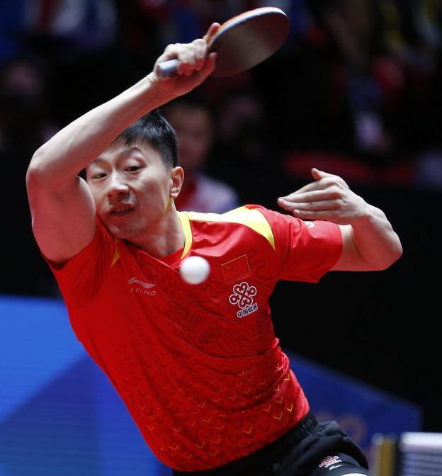 马龙在比赛中回球。他以3比0战胜朝鲜队选手崔日。