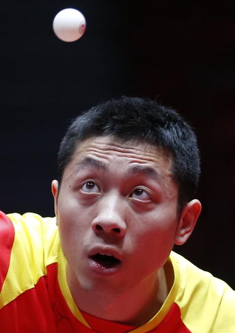 许昕在比赛中发球。他以3比0战胜朝鲜队选手姜伟勋。