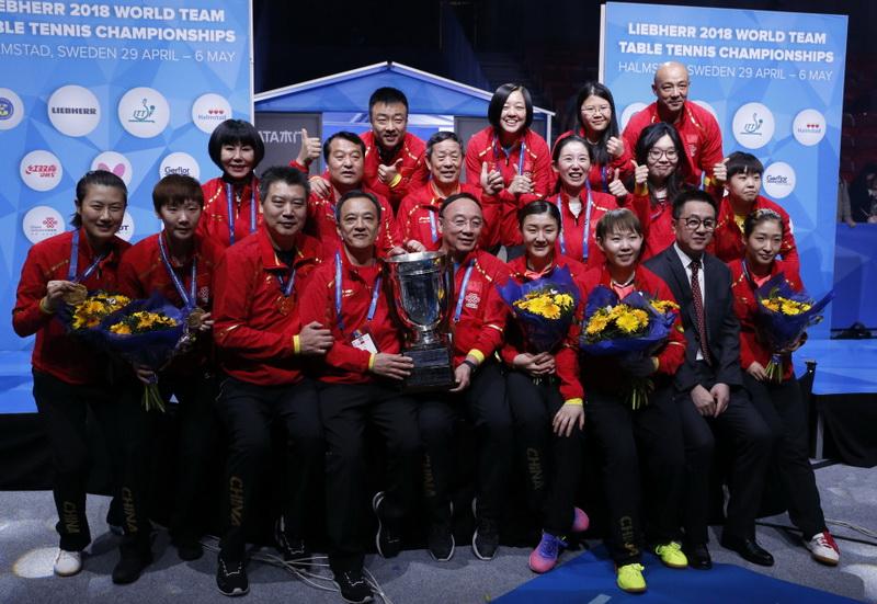 获得冠军的中国队在比赛后合影