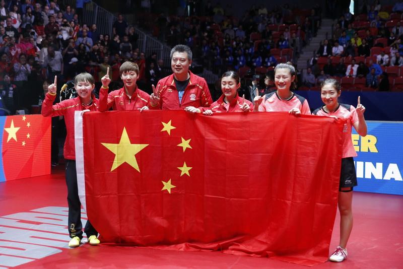 中国队队员和教练李隼(左三)庆祝夺冠。