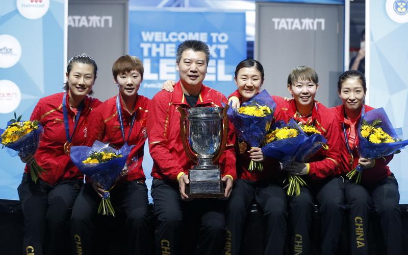 中国队队员和教练李隼(左三)在颁奖仪式后与冠军奖杯——考比伦杯合影