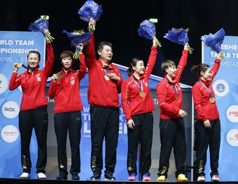 中国队队员和教练李隼(左三)在颁奖仪式上庆祝
