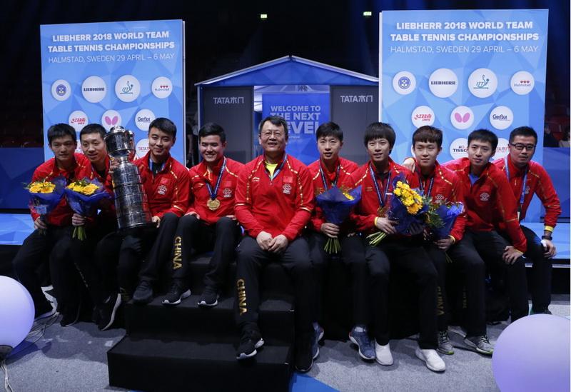 中国队成员在颁奖仪式后合影