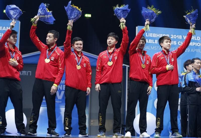 中国队队员和教练刘国正(左三)在颁奖仪式上庆祝