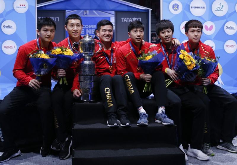 中国队队员和教练刘国正(左三)在颁奖仪式后和奖杯合影