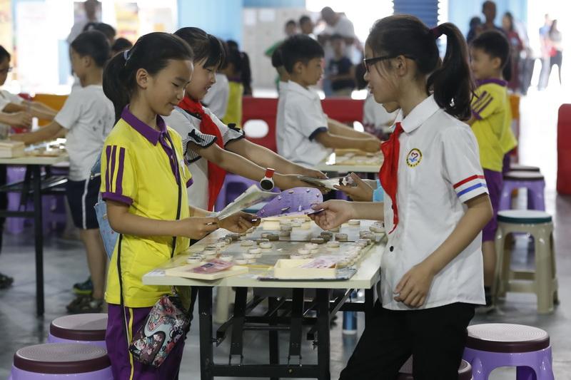 比赛开始前,小棋手们拿出了各种自制的手工作品,互赠对手一份特殊的节日礼物。