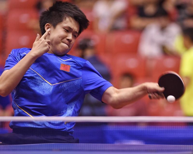 王楚钦在比赛中回球