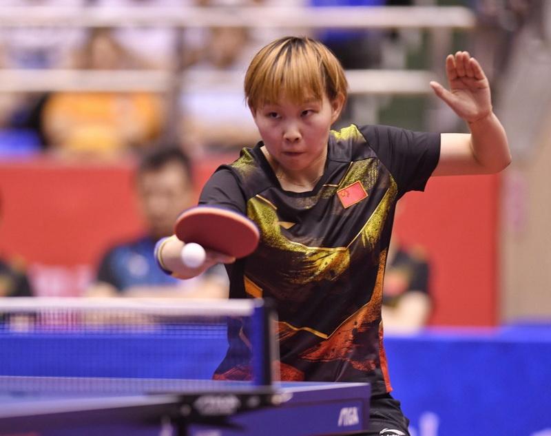 朱雨玲在比赛中回球