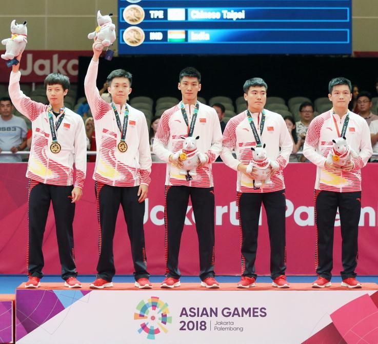 冠军中国队在颁奖仪式上
