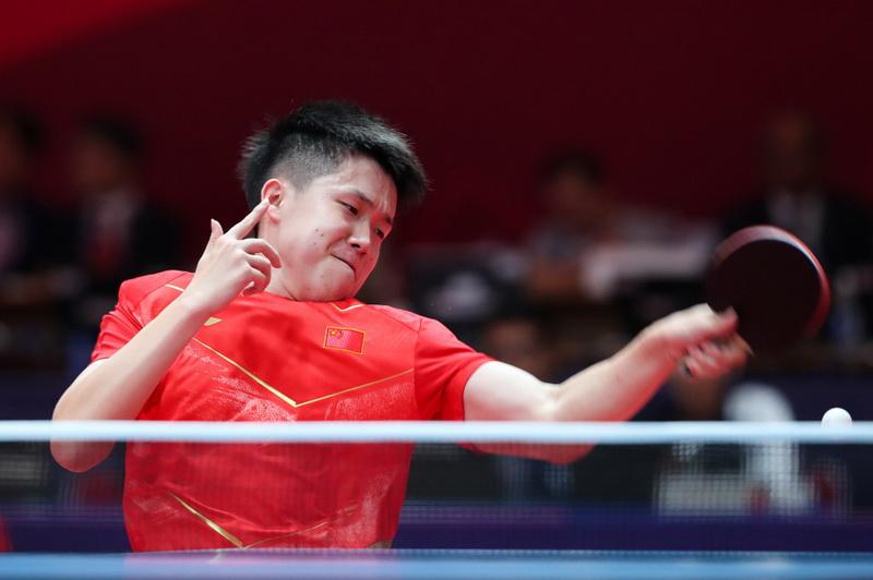 中国队球员王楚钦在比赛中回球